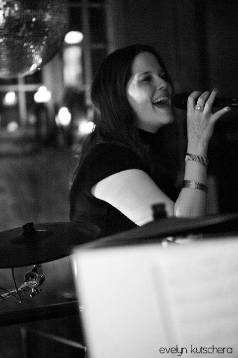 Kristin Hofmeister Sängerin Musikerin Livemusik Top of the 80's Klavier Liveband Tanzband Partyband Gesangslehrerin Gesangsunterricht Oktoberfest Fasnacht